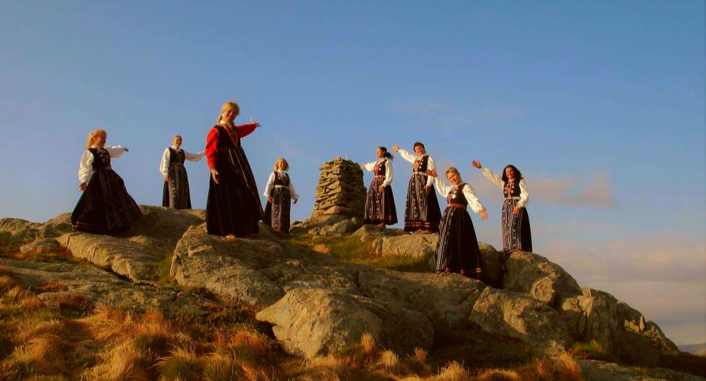 Bunadskledde damer på Sleirsfjellet. Foto : Terje Steine Mjøs